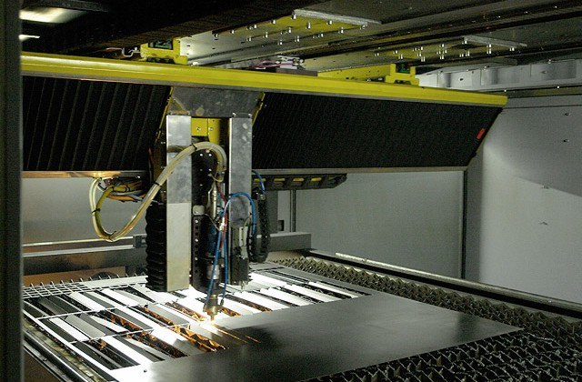 Лазерный станок в работе